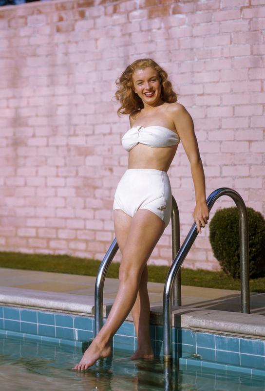 Young Marilyn Monroe Poolside II tableau en verre