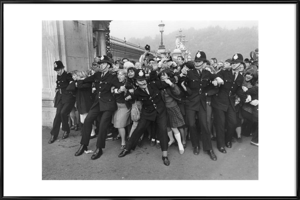 Beatles receiving their MBE's, 1965 -Bild mit Kunststoffrahmen